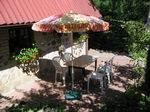 stolik biesiadny przed domkiem